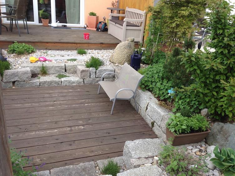 Der gesamte Garten auf einen Blick. Die Einfassung des Sitzplatzes besteht aus Granit Mauersteinen. (Poing bei München)