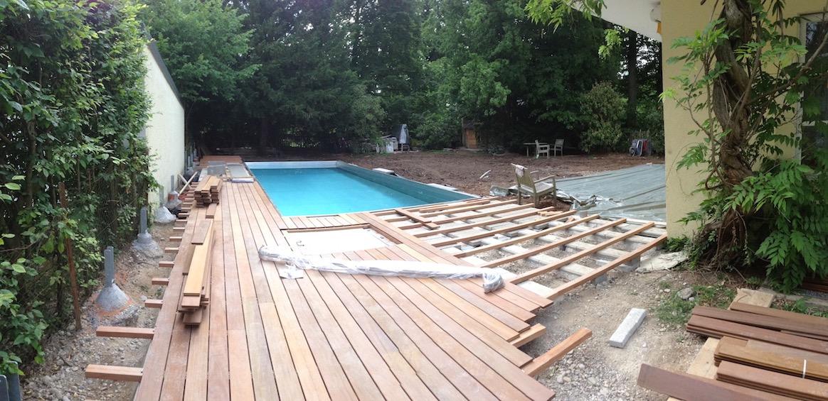 Um den Pool wird ein Holzdeck aus Garapa gebaut.  (München - Solln)