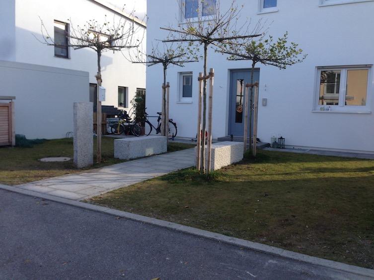 Vorgarten mit 4 Dachplatanen, Sitzquadern aus Granit und Schotterrasen als zusätzliche Parkfläche. Weg aus Granitplatten 40x60cm. (Poing bei München)