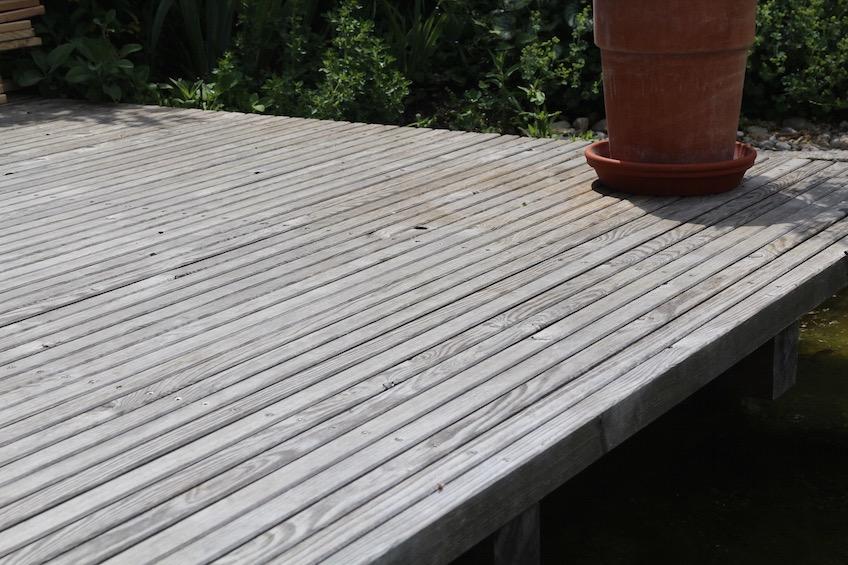 Holzdeck aus Lärche mit aufgestellter schmaler Lattung. (München)