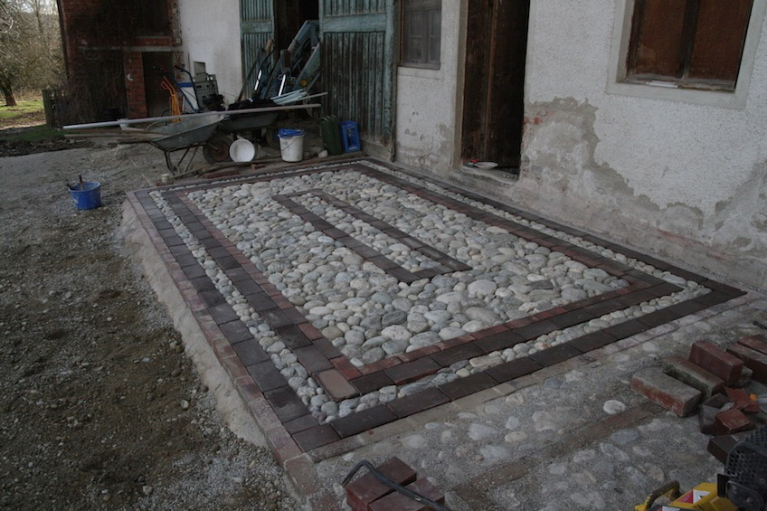 Steckkieselpflaster mit Klinkereinfassung, Verfugung mit Brechsand. (Dorfen)