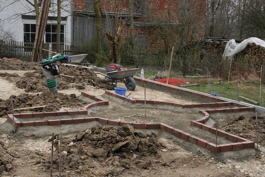 Wegekreuz für einen Bauerngarten mit Klinkereinfassung. Granittrog steht später im Zentrum. (Dorfen)