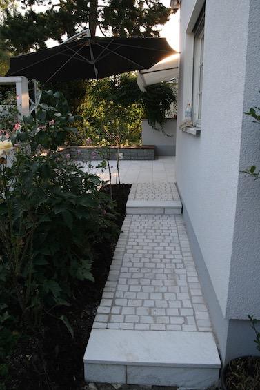 Weg mit Kleinstein aus Rauriser Marmor. (München)