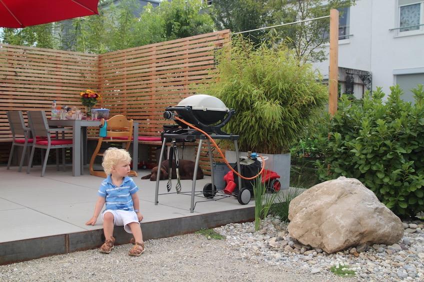 Terrasse mit Stahlkante und Quellstein. (Freising)