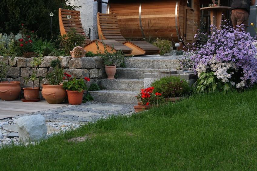 Blick in einen mit Muschelkalk Trockenmauern terrassierten Garten. (Mauern bei Moosburg)