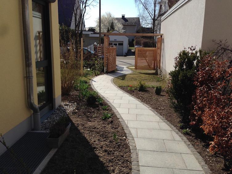 Weg zur Haustür mit Platten aus dunklem Granit. (München)