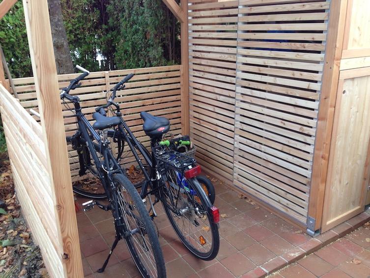 Fahrradunterstand mit Gartenschrank kombiniert. (München)