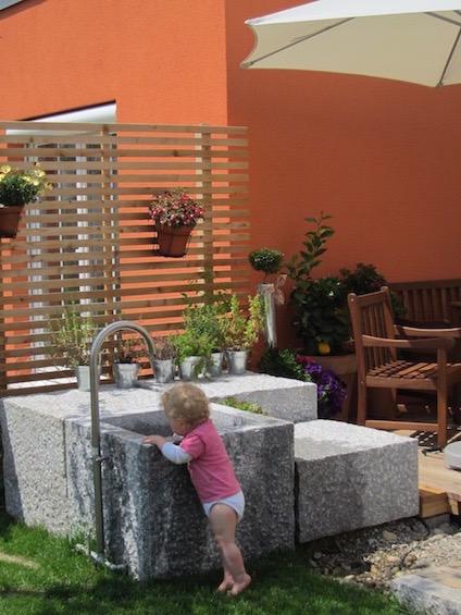 Granitblöcke mit Wasserbecken und Edelstahlauslauf. (Poing bei München)